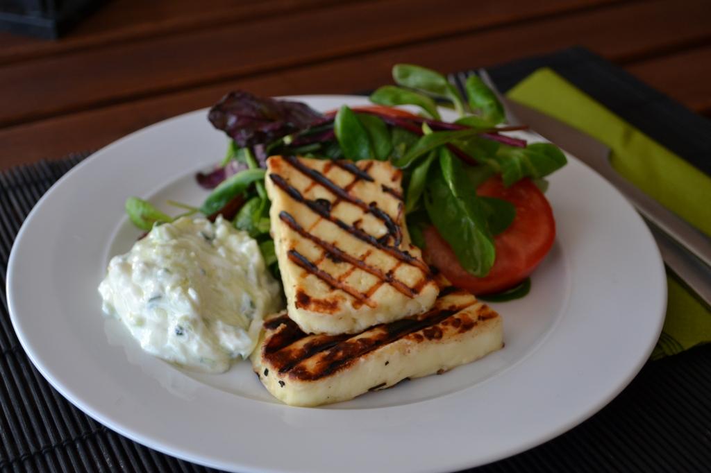 Tzatziki e Halloumi grelhado - Duas sugestões para acompanhamentos ou refeições leves.