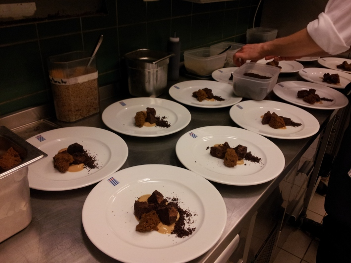O primeiro serviço de jantar com o Tobias nas sobremesas