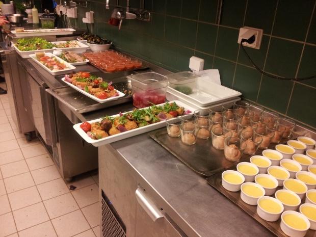 Ontem durante o serviço de jantar servimos também um buffet para 21 pessoas pelo qual eu fui responsável. (As sobremesas ainda não estão prontas a servir)