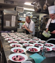 A preparar sobremesas com o Nickas e o meu chef Tom.