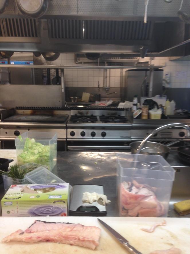sem perder tempo, durante o servico  vamos preparando mais peixe e o caldo de vitela, podem ver os soos em tabuleiros do outro lado do fogão.