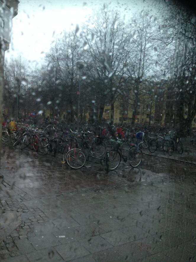 Malmö  trës e meia da tarde, sol e bom tempo é que temos mais aqui....