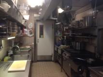 A pequena cozinha, temos outra área à direita.