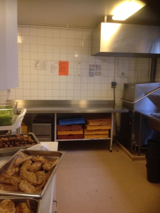A cozinha dos macons( área publica, daí a fotografias). É neste espaco minusculo junto à máquina de lavar loica que empratamos os banquetes. É de loucos ou não?