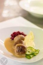 Almôndegas suecas, lingon, puré de batata, molho de natas, pickles de pepino. (Mais sueco e tradicional não existe.)
