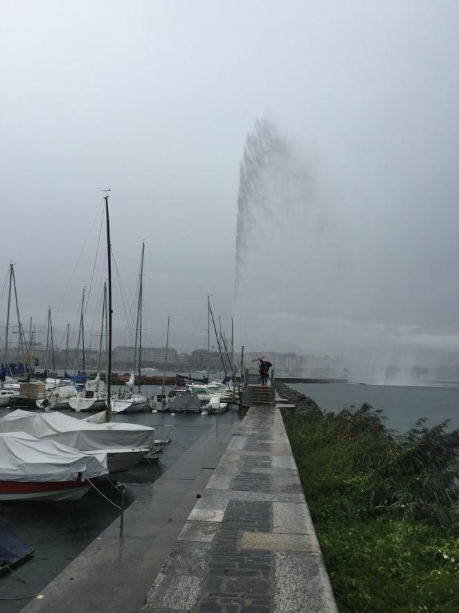 Ai mas está a chover tanto... - Anda para a frente que não passamos por Geneva sem ver o repucho!
