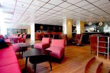 bar e restaurante com umas fantásticas cadeiras vermelhas